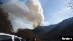 2016年11月28日,开车出行的人们停车观望田纳西州盖特林堡附近大烟山的山火。