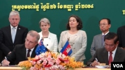 Cambodian Interior Minister Sar Kheng signs an MOU on Friday September 26, 2014 with Australia Immigration Minister Scott Morrison to resettle refugees in Cambodia.