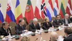 رابرت گیتس، وزیر دفاع آمریکا به همراه هیلری کلینتون در وسط تصویر - نشست ناتو در بروکسل- ۱۴ اکتبر ۲۰۱۰