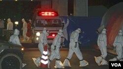 Para ahli medis yang akan menangani para pekerja PLTN yang terkena radiasi tiba di rumah sakit Fukushima (24/3).