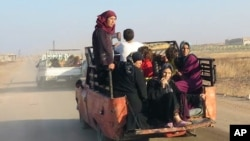 آوارگان سوری در حال ترک حما