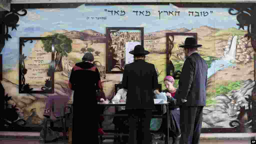 Des juifs utltra-orthodoxes s'allignent pour voter à Bnei Brak, le 17 mars 2015.