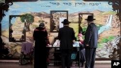 Des juifs ultra-orthodoxes dans un bureau de vote à Bnei Brak, Israël, 17 mars 2015. (AP Photo / Oded Balilty)