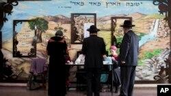 Cử tri thuộc cộng đồng chính thống cực đoan đi bỏ phiếu ở Bnei Brak, israql, 17/3/15