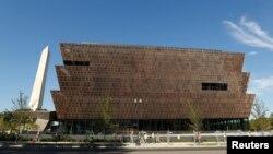 Đài tưởng niệm Washington vươn lên từ phía sau Bảo tàng Quốc gia về Lịch sử và Văn hóa người Mỹ gốc Phi tại National Mall, thủ đô Washington, ngày 14 tháng 09 năm 2016.