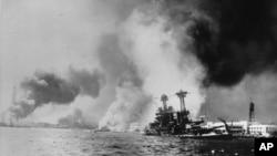 """美国""""加利福尼亚号""""军舰1941年12月7日遭日本鱼雷和炸弹袭击之后"""