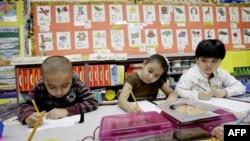 В дитсадку в місті Мескіт в штаті Техас дітлахи вчаться в двомовному іспансько-англійському класі.