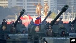 지난해 10월 북한 노동당 창건 70주년을 맞아 평양 김일성 광장에서 열린 열병식에서 탱크 부대가 행진하고 있다. (자료사진)
