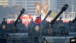 북한 노동당 창건 70주년을 맞아 10일 평양 김일성 광장에서 열린 열병식에서 탱크 부대가 행진하고 있다.