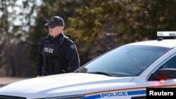 在枪手被逮捕现场的一名加拿大皇家骑警。