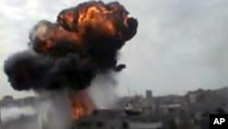 Hình ảnh từ 1 video nghiệp dư công bố hôm 15/4/2012 cho thấy khói bốc lên từ 1 vụ pháo kích ở Homs, Syria