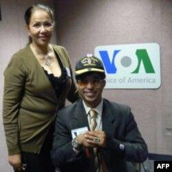 Đại úy James Văn Thạch và mẹ trong phòng thu của Đài VOA.