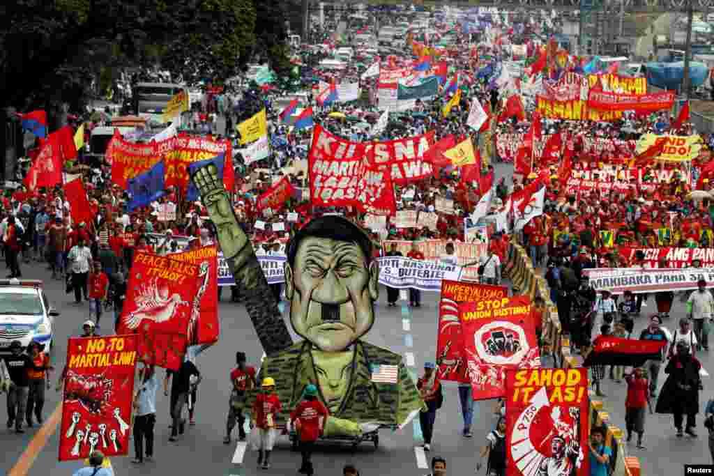 시정연설을 앞두고 필리핀 마닐라 의회로 향하는 시위대가 로드리고 두테르테 대통령을 독재자로 묘사한 조형물을 앞세우고 있다.