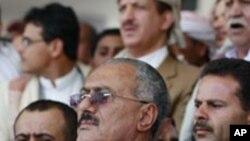 지지자들과 함께 서 있는 살레 대통령 (중앙)