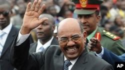 苏丹总统巴希尔在内罗毕向人们招手