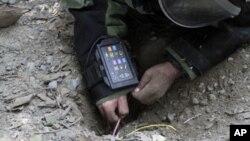 Un soldado afgano utiliza un detector de minas durante un entrenamiento al este de Kabul.