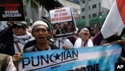 "Para demonstran Muslim meneriakkan takbir dan slogan-slogan dalam Aksi ""Peduli Muslim Uighur"" dalam aksi unjuk rasa di depan Kedutaan China di Jakarta. (AP Photo/ Achmad Ibrahim)"