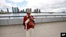 Tomás Mamani, de La Paz, Bolivia, toma una foto en la sede de las Naciones Unidas en Nueva York.