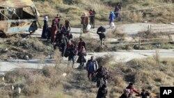 Foto dari Rumaf, aktivis Kurdi Suriah menunjukkan foto-foto warga yang melarikan diri dari Aleppo, 27 November 2016. (The Rumaf via AP).