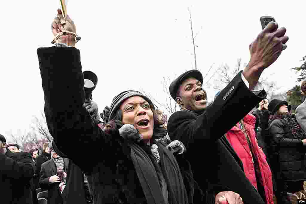 就职仪式上奥巴马出场时现场观众欢呼不已。(美国之音常晓拍摄)
