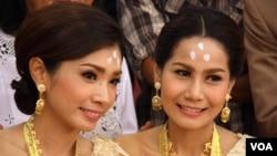 Pasangan Arisa Thanommek dan Pacharee Hungsabut tidak mau menunggu lama sampai Thailand melegalisasi pernikahan sesama jenis sehingga melangsungkan upacara pernikahan di Bangkok (10/5). (VOA/Daniel Schearf)