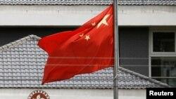 中国国旗在香港特区政府办公楼外飘扬。(2020年5月25日)