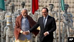 Indian Prime Minister Narendra Modi, left and French President Francois Hollande at the Rock Garden in Chandigarh, India, Jan. 24, 2016.