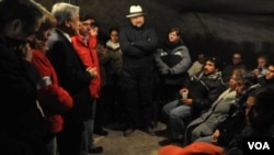 El presidente de Chile, Sebastián Piñera, a la izquierda en la foto, habla con los familiares de los mineros atrapados.