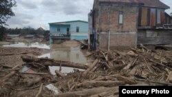 Material lumpur bercampur batang-batang kayu, terbawa banjir bandang yang menerpa pemukiman masyarakat di Masamba, Luwu Utara, Sulawesi Selatan, 14 Juli 2020. (Foto: Tim SAR UNHAS Makassar)