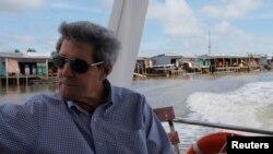 Ngoại trưởng John Kerry đi thuyền dọc sông Mekong ở Việt Nam hôm 15/12/2013, lần đầu tiên trở về nơi ông từng chiến đấu trên cương vị Ngoại trưởng Mỹ.