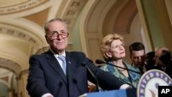 Le démocrate Chuck Schumer donne une conférence de presse au Capitol Hill à Washington, le 28 février 2017.