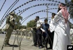 Arhiva - Iračani pokušavaju da ubede vojnike SAD da uđu u centralnu banku u severnom gradu Mosulu tokom mrotesta, 27. juna 2003.