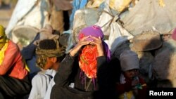 Para perempuan dan anak-anak Yaman yang menghindari kekerasan perang, tinggal di tenda-tenda di pinggiran Sana'a, Yaman (foto: dok).