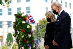 Predsjednik Biden i prva dama Jill polažu vijenac u Pentagonu.