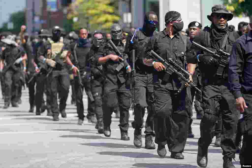 مسلح ملیشیا نے پولیس کی فائرنگ سے ہلاک ہونے والی سیاہ فام خاتون کے آبائی علاقے میں سڑکوں پر گشت کیا۔