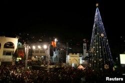Para pengunjung menyaksikan penyalaan pohon Natal di Nazaret, 12 Desember 2012.
