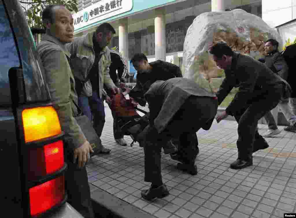 2013年1月10日,在广州《南方周末》总部附近,一名抗议者被便衣警察带走,塞入一辆吉普车。