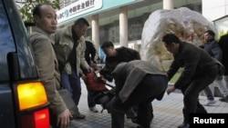 2013年1月10日,一名抗议者在广州《南方周末》总部外被便衣警察带走,塞入一辆吉普车。