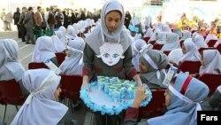 مراسم توزیع شیر در یکی از مدارس تهران - ۱۳۹۲