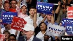 Những người ủng hộ ứng cử viên Tổng thống Đảng Cộng hòa Donald Trump reo hò khi ông này phát biểu trên sân khấu trong một sự kiện diễn ra tại Dimondale, bang Michigan, ngày 19 tháng 08 năm 2016.