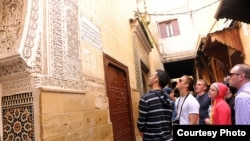 Un groupe d'étudiants en voyage d'études à Fès, au Maroc. (Photo by Natela Cutter)