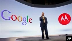 에릭 슈미츠 구글 회장이 지난 2012년 기자회견을 열고 구글의 모토롤라 스마트폰을 소개하고 있다. (자료사진)