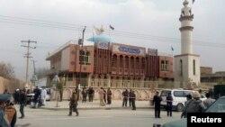 Petugas keamanan Afghanistan mengawasi bagian depan masji dimana ledakan terjadi (21/11). Kabul, Afghanistan. (foto: REUTERS/Omar Sobhani)