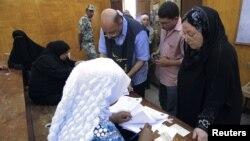 Votantes en un centro de votación en Cairo, durante el comienzo de las elecciones presidenciales, el miércoles 23 de mayo de 2012.
