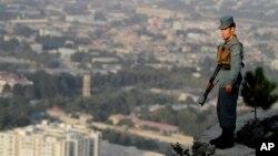 یک منسوب پولیس در حال گزمه در شهر کابل