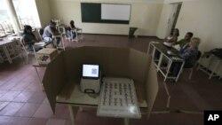 Funcionarios electorales esperaban a los votantes que participarían en el simulacro electoral que se realizó este domingo en Venezuela.