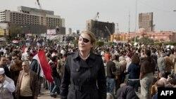 Daha önce Mısır'daki başkaldırıyı izleyen Marie Colvin Kahire'nin Tahrir meydanında