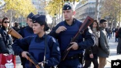 Cảnhh sát Pháp tuần tra tại thủ đô Paris, ngày 15/11/2015.