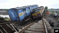 5일 인도 마디아 프라데시 주에서 열차가 교량을 지나던 중 탈선하는 사고 발생했다.