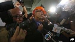 苹果日报记者韩耀庭因向胡锦涛提六四问题而被警方带走后,记者和摄影师现场围住一名香港警察(6月30日)